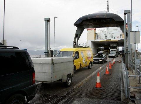 Norge er avhengig av ferjer og skipstrafikk. Nå lanserer regjeringen en støtteordning for bygging av mer miljøvennlig løsninger for fartøyene.