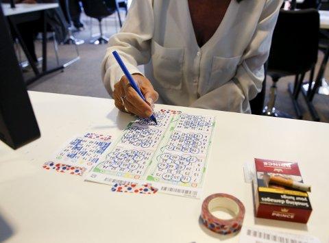 1 Bingo!: Flere som går på bingo gjør det like mye for å treffe folk som å håpe på den store gevinsten.   2 Sosialt:  Her er det sosialt, og jeg har mange venner her, sier Reidun Marie Seltveit.  3 Jackpot?: Mye å velge mellom. 4 Hver dag: Haugesund bingo har åpent alle dager.