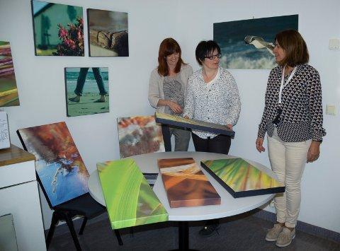 FÅR MER FARGE:  Norheim Bu- og behandingsheim får fotokunst på veggene. De er laget av fotografene Tove Virata Bråthen (til v) og Ida Kristin Vollum. Til høyre virksomhetsleder Sissel Baustad.