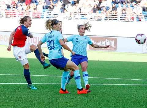 Isabell Herlovsen scorer det som ble Norges vinnermål i gruppefinalen mot Nederland i VM-kvalifiseringen fotball. Foto: Terje Pedersen / NTB scanpix