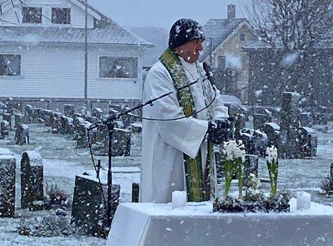 HEFTIG SNØVÆR: Ove Sjursen hadde kledd seg fra topp til tå, men var ikke helt forberedt på det kraftige snøfallet som kom midt under gudstjenesten.