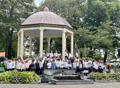 SER DU HAVET VESTER UTE: Elever fra 5.-7.klasse på Hauge skole fylte Byparken med sang.