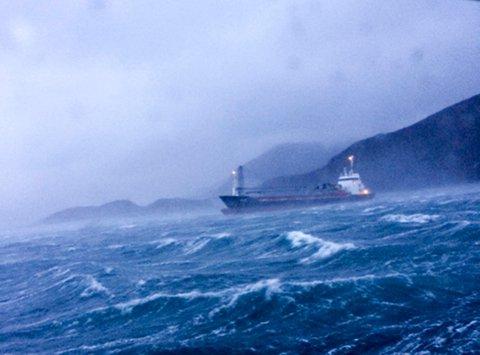 Lastebåten Nidarø med fem mann om bord var nær ved å havarere i Stigfjorden i Lurøy kommune i Nordland søndag formiddag.