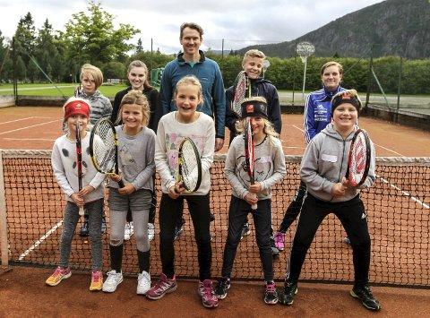 I POSISJON: Deltakerne på tenniskurset viser utgangsposisjonen. Instruktør Lincoln Leeder er fornøyd. FOTO: PER VIKAN