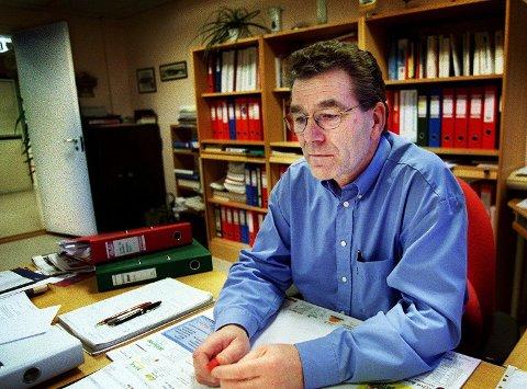 PÅ KONTORET: Olav Jensen tok plass som disponent i Helgeland Arbeiderblad i 1974. Her er vi i 1999, hans siste arbeidsår i avisa.