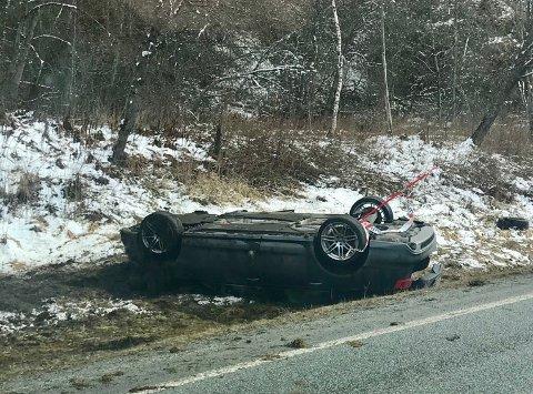 En bil havnet søndag formiddag på taket utenfor vegen på E6 sør for Mosjøen. Begge personene i bilen fremsto som lettere skadet da de ble tatt hånd om av helsepersonell.