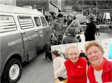 Rødekorsveteranene Karen Kleven (90) og Reidun Nordby kan feire at Hammerfest Røde Kors er 100 år. Det andre er et arkivbilde fra da Røde Kors stod på torget.