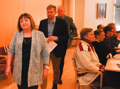 MARSJERTE UT: Her forlater Høyres Lise Svenning, Jo Inge Hesjevik og Kristen Albert Ellingsen fylkestingssalen i protest. De nektet å delta i voteringen.