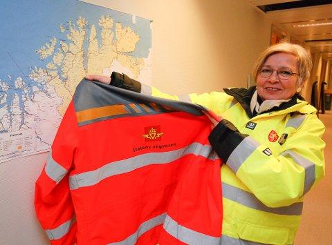 FRA RØDT TIL GULT: Bjørg-Anita Joki har hengt bort den røde vegvesen-jakken og tatt på seg den gule jakken til Troms og Finnmark fylkeskommune. I sin nye jobb får hun hele storfylket som ansvarsområde.