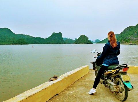 JORDA RUNDT FOR DANS: I midten av 2918 pakket Isabelle Amunsen sekken å dro jorda rundt i ett år for å danse. Her er hun i Ha Long Bay i Vietnam.
