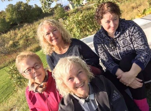 ALLTID NÆR: Selv om Lise O. Luther (til vestre) har tilbragt store deler av sitt voksne liv på Østlandet er familien i Harstad veldig viktig. Her er hun sammen med sine søsken Laila, Lotte (tvillingsøster) og Liv Oddveig. Foto: Privat