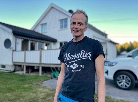 TOK OVER BARNDOMSHJEMMET: Ole Jonny Delerud anser seg som heldig som fikk ta over barndomshjemmet, et småbruk langs Kompveien på Mork, relativt tidlig.