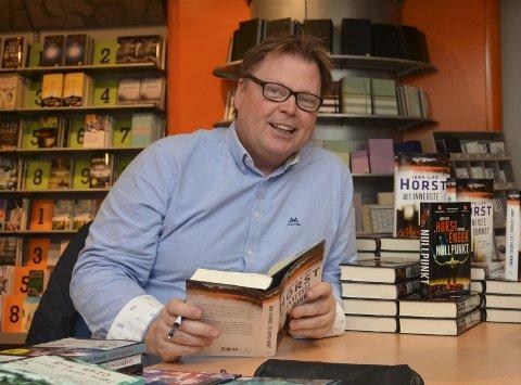 Signerer: Populære Jørn Lier Horst reiser rundt i bokhandlene og signerer bøker, her fra Notabene på Amfi i Sannidal.