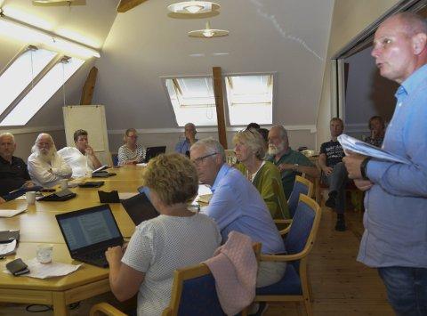 Alvor: Det var et alvorstynget økonomiutvalg i kommunen som mottok meldingen om de store overskridelsene i omsorg, fra kommunalsjef Alv Dag Brandal (t.h.).