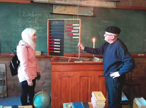 Toka og dei andre elevane kjende godt til kuleramma som Kristian Bringedal viste fram. (Foto: Thor Inge Døssland).