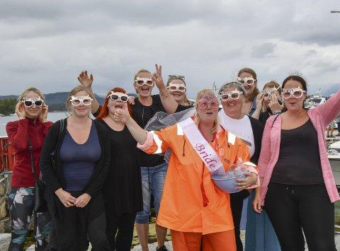Utdrikkingslag: Forlovar Silje Bjørgen (t.h.) hadde planlagt utdrikkingslag for Angjerd Størksen (framme i orange) festivalhelga.