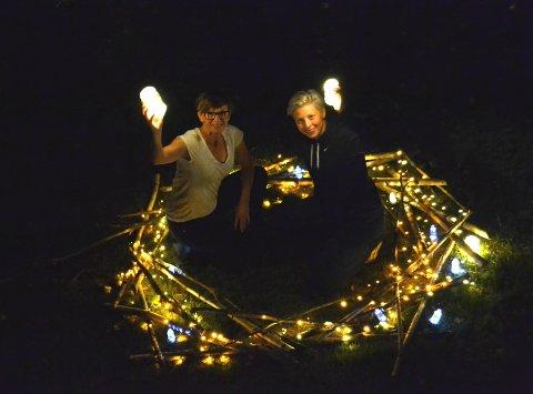 ELVELANGS: Cathrine Kvitnes og Tassy Thompson  er klare for å lyssette Lågen. Her viser de frem logoen til Elvelangs