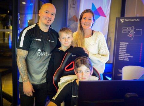 En hel Kongsberg-familie var blant de 200 som var på LAN-festen hos TechnipFMC lørdag kveld. Fra venstre: Atle Lund, Emrik Storebaug (11), Ann-Kristin Storebaug og Emil Storebaug (14).