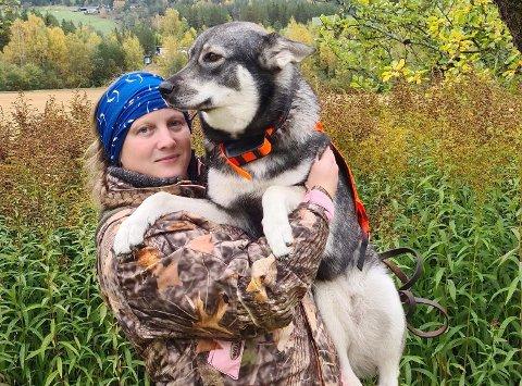 JAKT: Tina Fjelddalen og hunden Sierra av Vintervidda er på sin første elgjakt i Rollag.