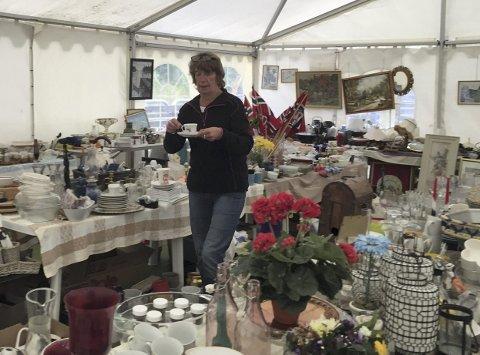 Loppemarked: Hallfrid Johansen er loppissjef og har teltet fullt av ulike gjenstander. Her kan man gå jakt og finne flere godbiter. Noen av gjenstandene blir auksjoner ut på lørdag. Alle foto: Privat