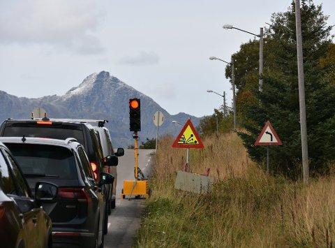 Når man venter i kø i en aktivt trafikksituasjon skal man aldri bruke parkeringlys, kun kjørelys eller hovedlys med nærlysene tent for ikke å blende møtende.