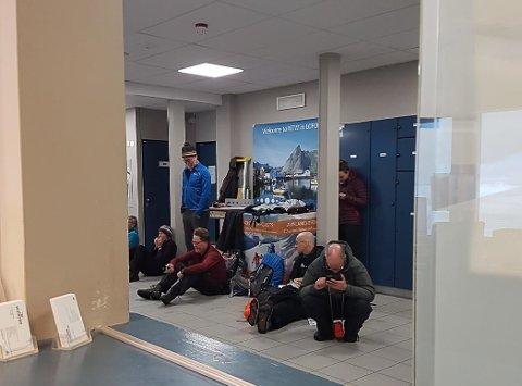 Passasjerene har ventet på Svolvær flyplass hele fredag ettermiddag.