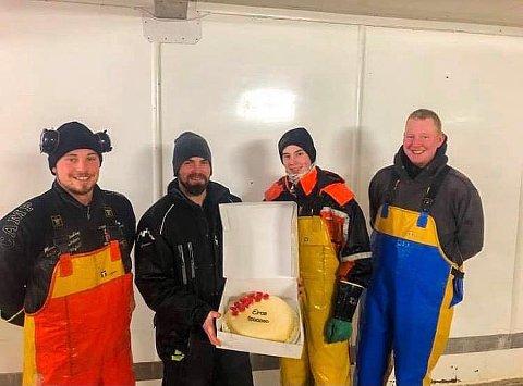 """FØRSTE: Skipper Stig Atle Sivertsen(nr2 fh) og resten av mannskapet på """"Eros"""" fikk årets første millionkake."""