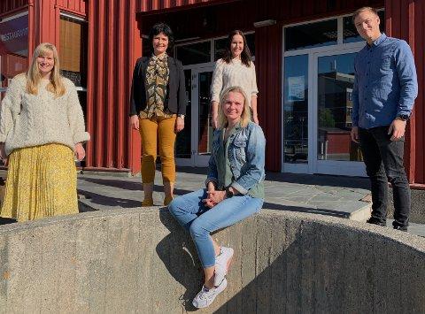 Teamet ved RPH er tverrfaglig, og alle ansatte har flere års erfaring innen psykisk helse. Fra venstre: Marte Hykkerud Klevstad (fagutviklingssykepleier) Anne Lise Starheim (psykiatrisk sykepleier), (foran) Eirin Eggheim (vernepleier), Adele Eilertsen (psykolog) og Kristoffer Johansen (avdelingsleder rus og psykiatri).