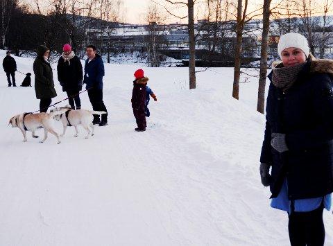 Natalie Fossgård og de andre naboene i Lågenvegen har håpet kommunen skulle finne en annen plassering av hundeluftegården.