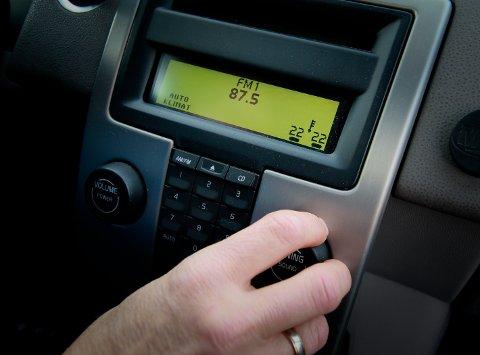 FM-BÅND: Med radioen innstilt på FM 87,5 kan man motta signaler fra andre biler dersom DAB-adabteret i disse sender og mottar over FM-nettet.