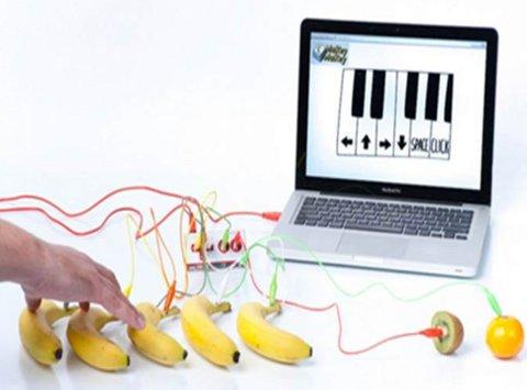 MORSOMT: Lørdag kan du spille piano med bananer som tangenter på Moss bibliotek.