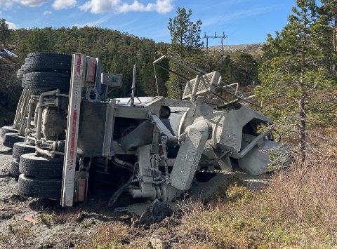 ULYKKE: En betongbil havnet utfor vegen ved Blåvatnet i Nærøysund mandag ettermiddag.