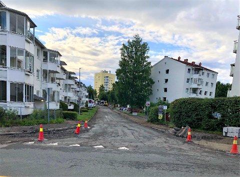 ANTENNEVEIEN: Asfalten i denne veien på Lambertseter var moden for utskiftning. Nå freses den gamle asfalten av.