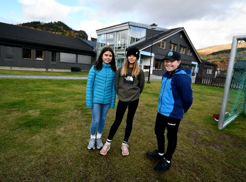 Sarah Valbjør, Maria Villa Brimi og Theodor Valdvik Bakken er blant elevane som skal markere FN-dagen ved å delta i Skolejoggen.