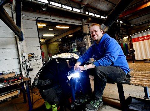 Håvard Lonbakken er produksjonsleder hos Lonbakken Mekaniske Verksted. Amund Grotløkken sveiser i bakgrunnen.