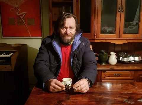 KASTES UT: Gjert Inge Adolfsen gruer seg til mandag. Da kommer kommunens folk for å kaste han ut av leiligheten. - Jeg vet ikke hvor jeg skal gjøre av meg. Det blir jo stusselig å feire jul i telt, sier 59-åringen.