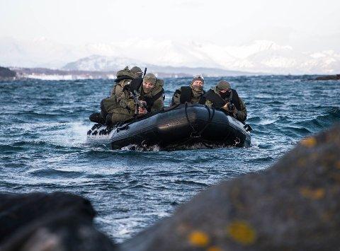 KYSTJEGERE: Et lag fra Kystjegerkommandoen går i land med gummibåt under øvelse Cold Response 2020. Tidligere Forsvarssjef Sverre Diesen mener slike avdelinger er de som er mest relevante til å møte trusselen fra Nordflåtens amfibielandsettinger.