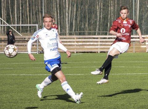I SKUDDET: Valdres FKs Ryan Lee Nelson  og Redalens  Jørgen Røste Kristiansen har møtt tøff motstand i 3. divisjon denne sesongen. ARKIVBILDE