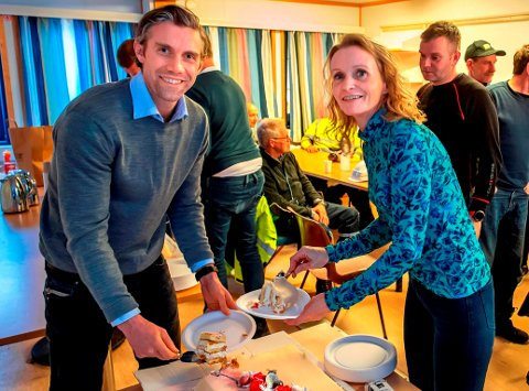 MØNSÅS: Ordfører Guri Bråthen spanderte fredag bløtkake på Christian Rønning, daglig leder i Backe Oppland AS, og resten av anleggsarbeiderne på Labo-bygget på  Lena, som nå er kommet under tak.