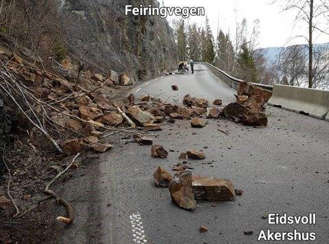 SKREDET: Store steiner ligger langt ute i veibanen etter raset som gikk på fylkesveg 33 mandag 15 april 2019.