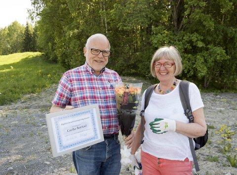 BLE HEDRET: Bård Bergsjø i Oppegård overrasket Grethe Børstad med blomster, tusen kroner og diplom for sin iherdige innsats med å plukke søppel i Ski. begge foto: Ole Kjeldsberg Endresen
