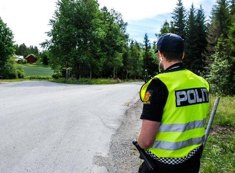 SJEKKES JEVNLIG: Politiet på streif langs en av de vanligste smuglerrutene ved grensa.
