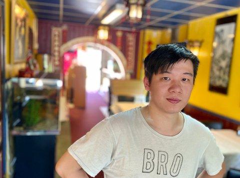 TUNGT: Eden China-innehaver Jihao Feng har måttet si opp kokken fordi det er så lite trafikk i restauranten. 29-åringen gjør alt han kan for å redde restauranten på Oppegård..