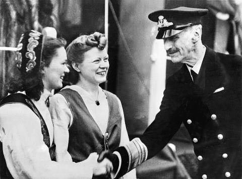 Første møte: Her hilser Ruth Marie Hillesøy på kong Haakon for første gang etter flukten fra Norge i juni 1940.