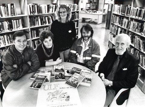 FORFATTERE  Fire larviksforfatterne samlet i Larvik bibliotek foran en felles lansering i 1987. I dag har de en betydelig bokproduksjon bak seg. Fra venstre: Steinar Sørlle, Unni Nielsen, Erling Pedersen og veteranen Arnold Jacoby. Bak står bibliotekar Hanne Sveen.