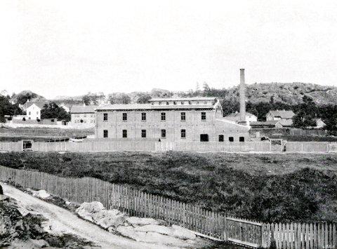 NORSKE POTETINDUISTRIER LARVIK har en gammel forgjenger i den gamle «Potetmølla» på Alléløkka, etablert i 1898. Her ser vi fabrikken som ny fra Hospitalstredet ved Karistranda.