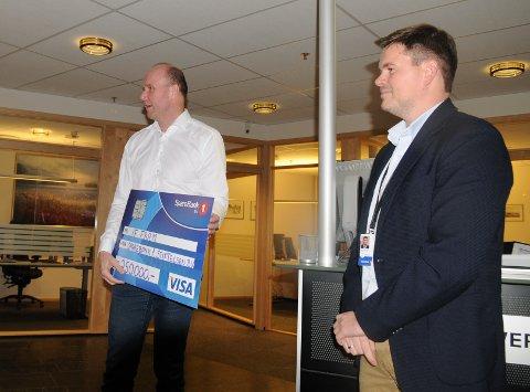 ENDELIG! Hans Chr Thrane Nielsen og Fram takker banksjef Bjørn-David Jelle for støtte til det et garderobeanlegg som forlengst er modent for utskifting.