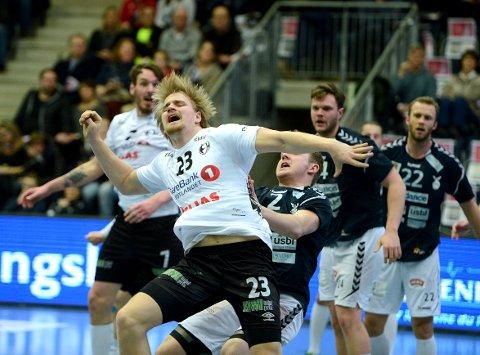 TØFT: Magnus Fredriksen og Elverum måtte jobbe for poengene mot midtbackens gamle lagkamerater.