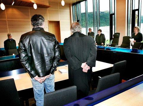 TINGRETTEN: Her er 39-åringen, fra rettssaken i 2009. Til venstre er Christian Wiig, som den gang var forsvarer. Foto: Torgrim Rath Olsen