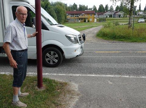 SKUMMELT: – Jeg frykter at det snart kommer til å skje en ulykke her, sier Leif Magnes. Her står han ved et fotgjengerfelt nord i Våler sentrum der merkingen er fjernet.